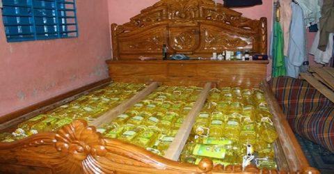 রংপুরে ব্যবসায়ীর বাড়ির বক্স খাটে মিললো টিসিবির তেল জব্দ
