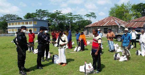 সুন্দরবনে আত্মসমর্পণকৃত ২৮৪ জন দস্যুদের মাঝে র্যাবের ঈদ উপহার বিতরন