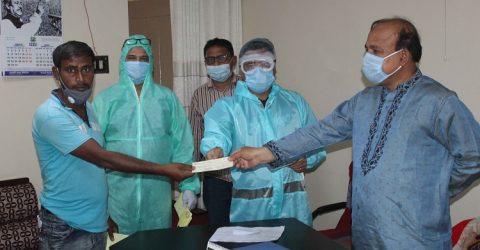 পার্বতীপুরে সমাজসেবা অধিদপ্তরের উদ্যোগে রোগীদের মাঝে চেক হস্তান্তর