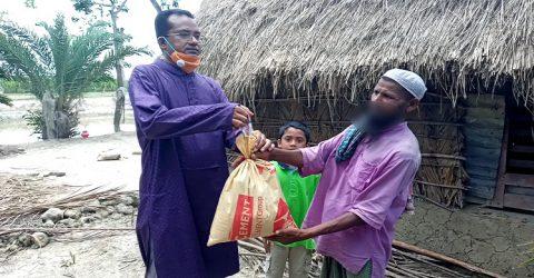 প্রধানমন্ত্রীর নামে কলাপাড়ায় এক কলেজ শিক্ষক খাদ্য সামগ্রী বিতরন করেছেন হতদরিদ্র পরিবারের মাঝে