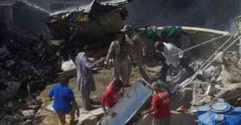 পাকিস্তানে শতাধিক আরোহী নিয়ে উড়োজাহাজ বিধ্বস্ত