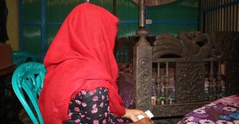 লালমনিরহাটে বিয়ের দাবিতে যুবকের বাড়িতে গৃহবধূর অনশন