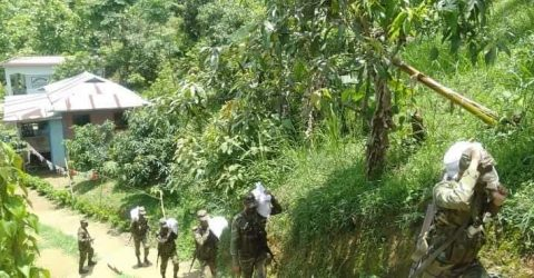 বান্দরবানে দূর্গম পাহাড়ে খাদ্য সামগ্রী বিতরণ অবহ্যত রেখেছে সেনাবাহিনী