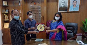 জেলা প্রশাসক বেগম নাজিয়া শিরিনকে মৌলভীবাজার অনলাইন প্রেসক্লাব এর বিদায় সম্মাননা স্বারক প্রদান