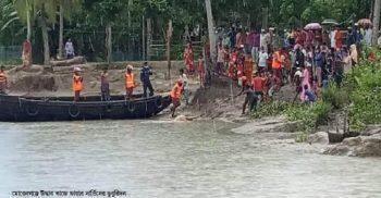 মোরেলগঞ্জে দুটি গরুসহ একটি মিনি ট্রাক পানগুছি নদীতে